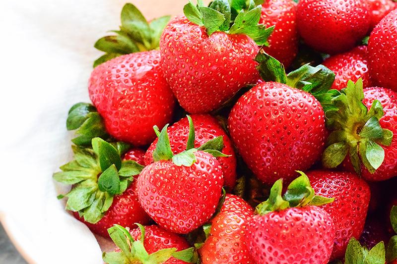 Équeuter des fraises