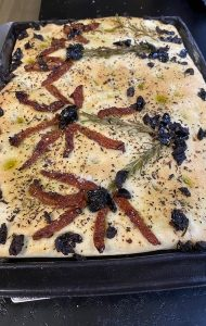 Focaccia maison olive tomate